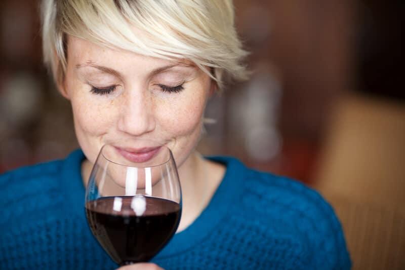 kvinde nyder et glas rødvin - tastings.dk