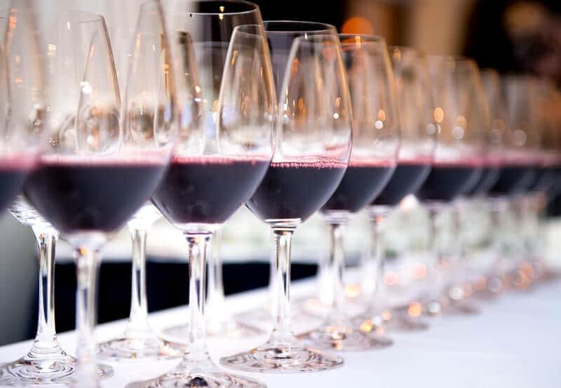 rødvin i glas klar til vinsmagning - tastings.dk